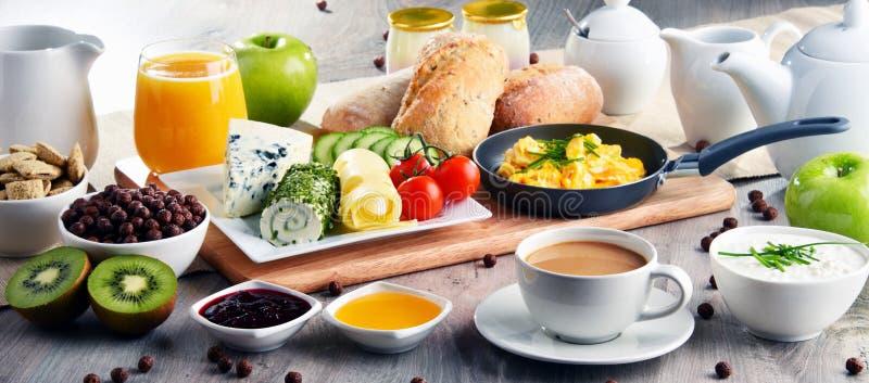 Le petit déjeuner a servi avec du café, le fromage, des céréales et les oeufs brouillés images libres de droits