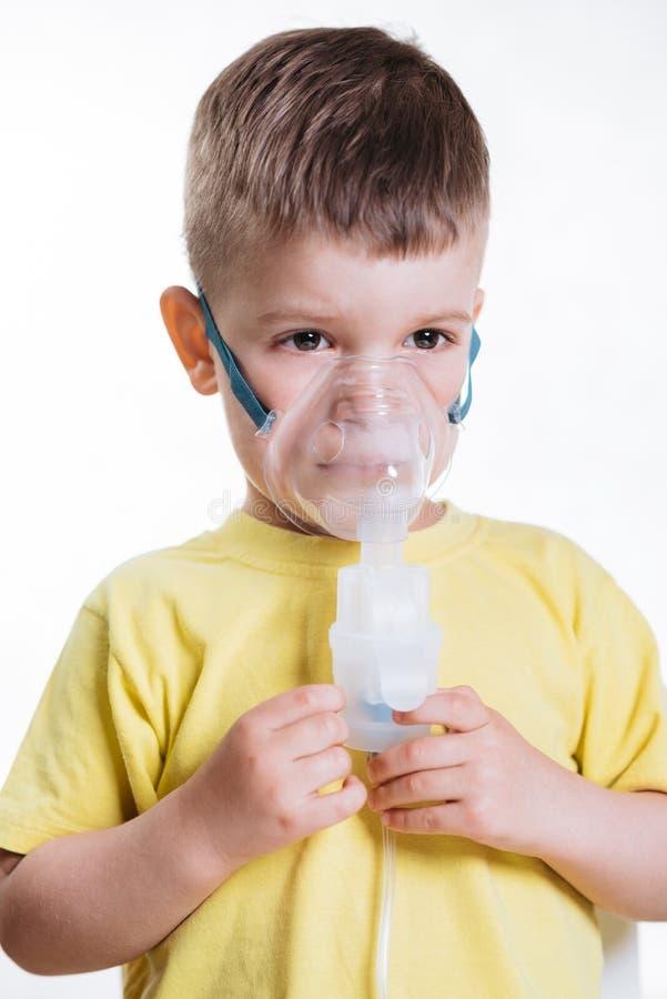Le petit enfant traite l'inhalateur de bronchite ? la maison photo libre de droits