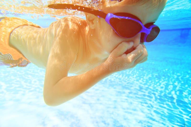 Le petit garçon apprend la natation sous l'eau images libres de droits