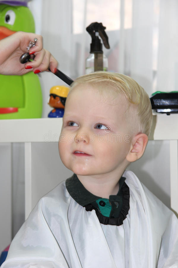 le petit gar on blond a coup leurs cheveux dans un coiffeur d 39 enfants image stock image du. Black Bedroom Furniture Sets. Home Design Ideas