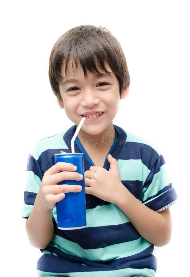 Le petit garçon buvant la boisson non alcoolisée peut sur le fond blanc photos libres de droits