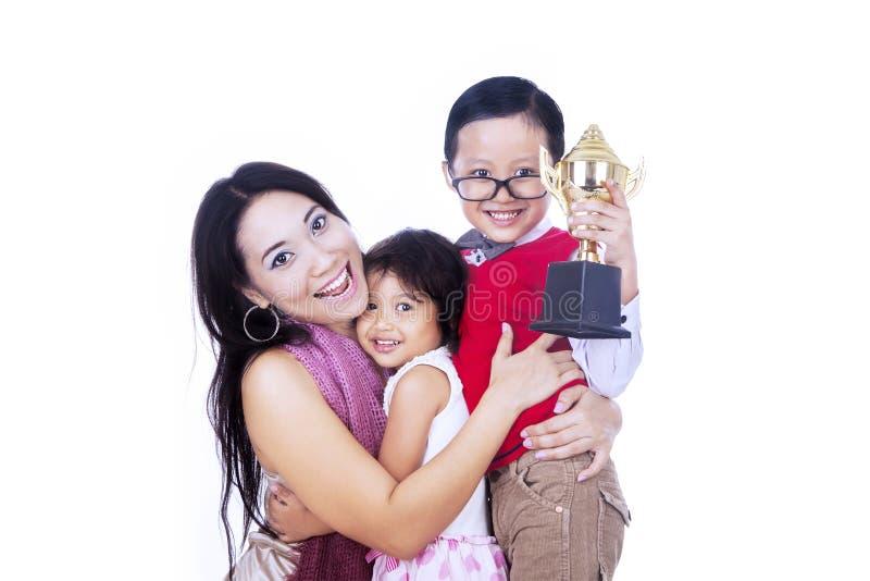 Champion de garçon et sa famille - d'isolement photo stock