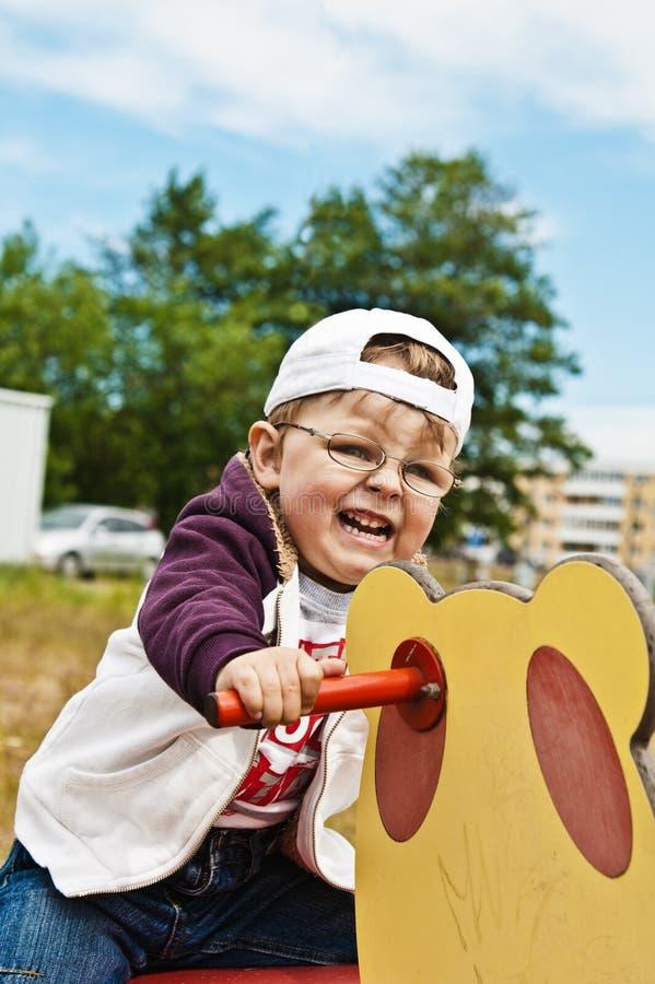 Le petit garçon est lui-même un cycliste images stock