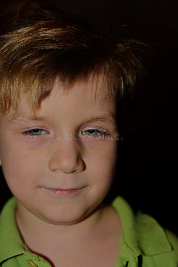 Le petit garçon est tordu par différentes émotions photo stock