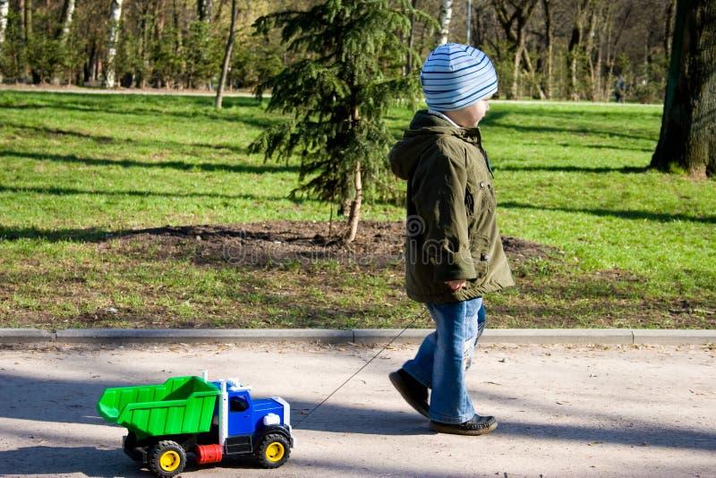 Le petit garçon joue. photos libres de droits