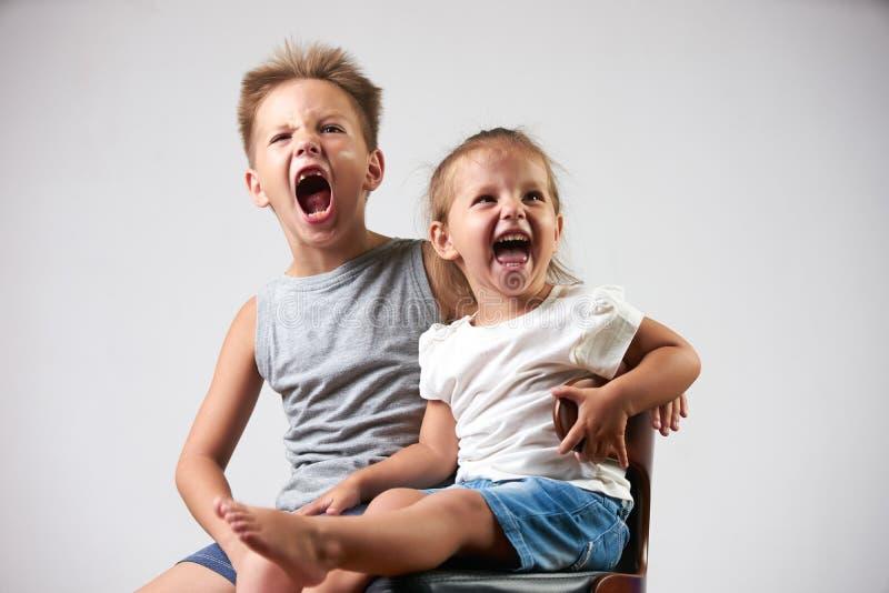 Le petit garçon mignon et la fille, ont l'amusement criant images stock