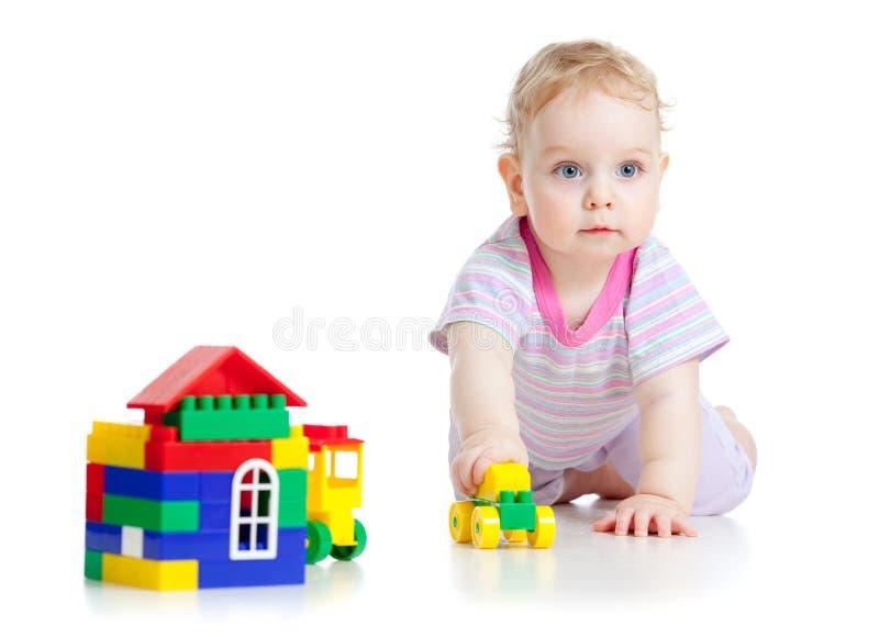 Le petit garçon mignon joue avec le véhicule coloré photographie stock