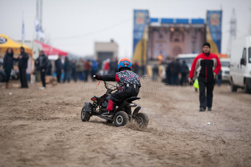 Le petit garçon monte son quadruple d'ATV image libre de droits