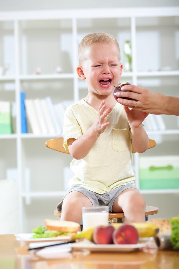 Le petit garçon ne veut pas manger photos stock