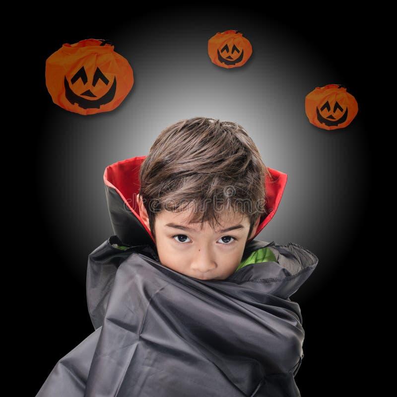Le petit garçon s'est habillé comme Dracula pour la partie de Halloween image libre de droits