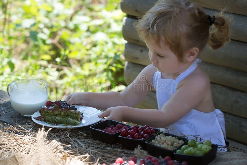 Le petit garçon sert à la table image stock