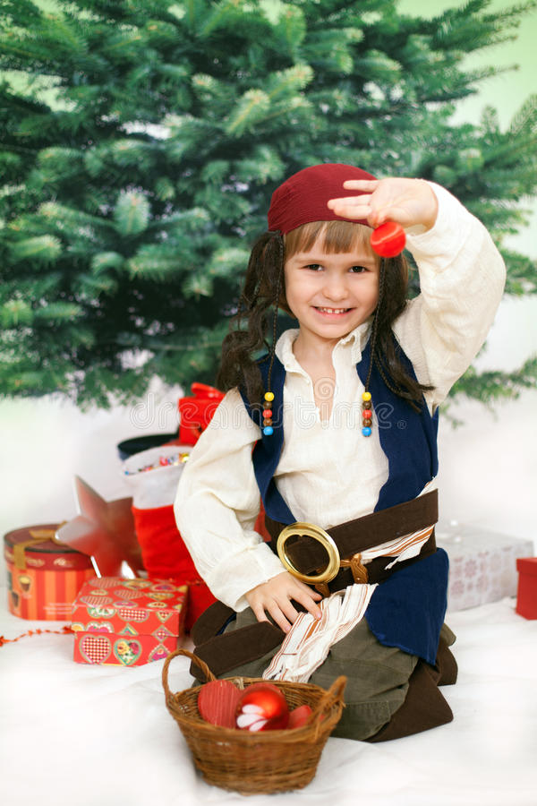 Le petit garçon tient la boule de Noël pour la décoration images libres de droits
