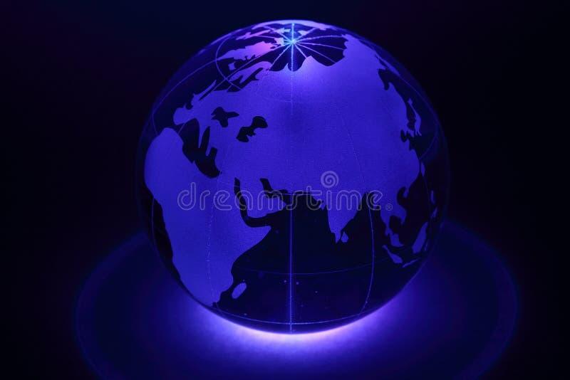 Le petit globe est illuminé par la lumière de dessous image stock