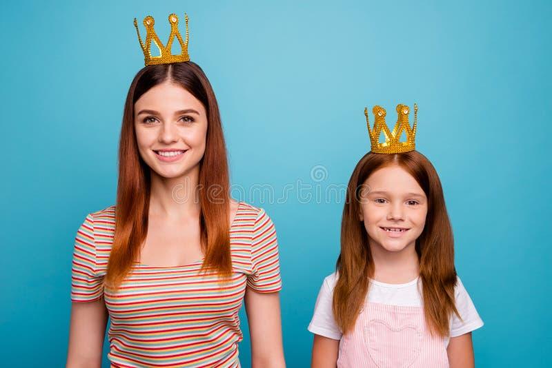 Le petit headwear magique rusé sûr de dame et de maman habillé dans l'équipement occasionnel a isolé le fond bleu images libres de droits