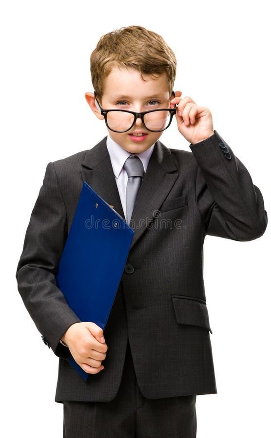 Le petit homme d'affaires avec le dossier porte des lunettes photos libres de droits