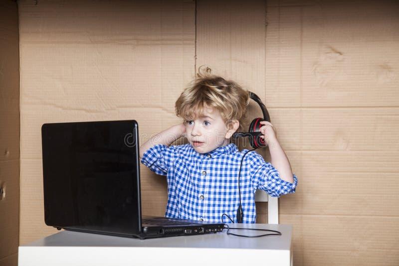Le petit homme d'affaires enlève des écouteurs photo libre de droits