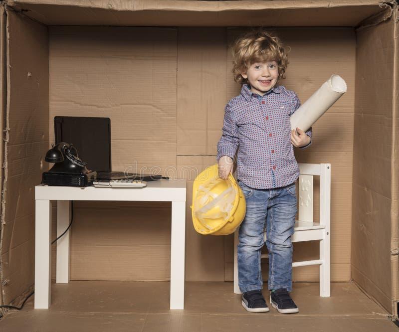 Le petit homme d'affaires heureux, petit serré possèdent le bureau images stock