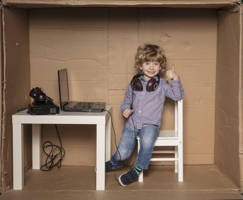 Le petit homme d'affaires montre des pouces, satisfaction au travail photos libres de droits