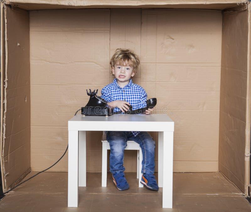Le petit homme d'affaires peut plus n'écouter des plaintes de client photo stock