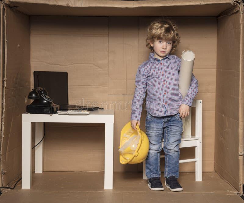 Le petit homme d'affaires triste quitte son bureau photos stock