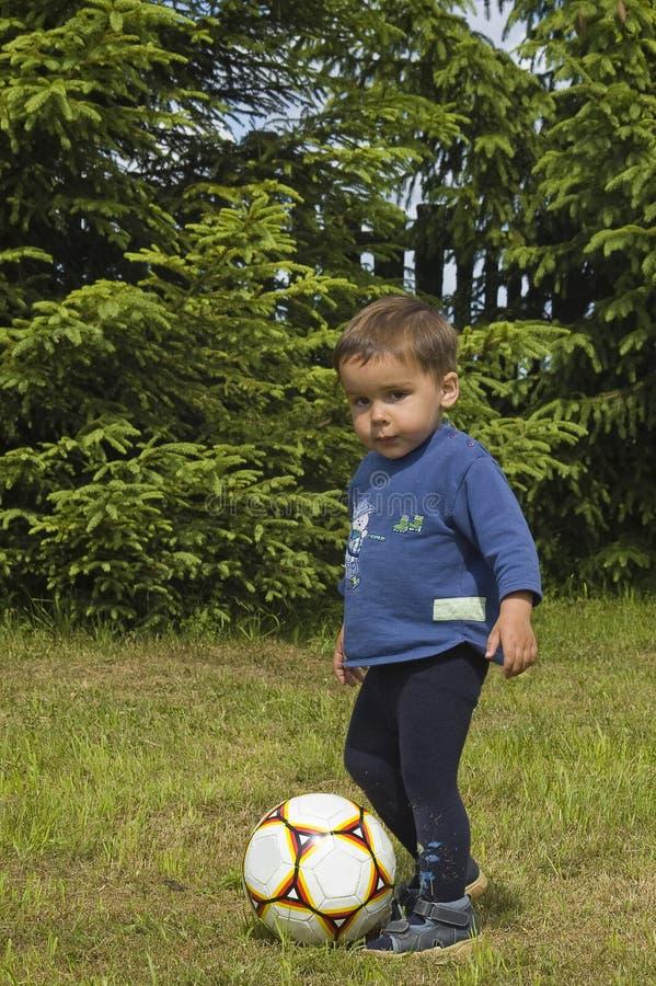 Le petit joueur de football photos stock
