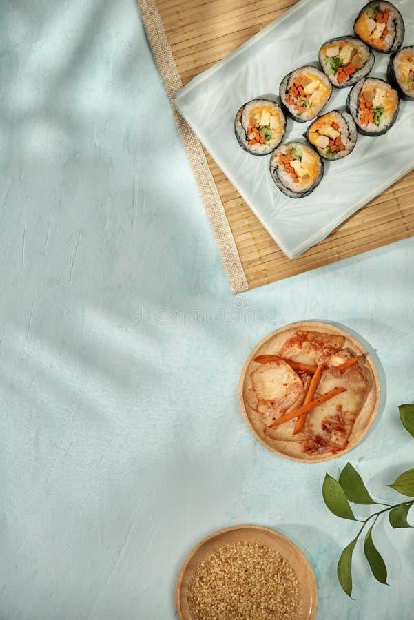 Le petit pain coréen Gimbapkimbob a fait à partir du bap cuit à la vapeur de riz blanc et des divers autres ingrédients photographie stock libre de droits