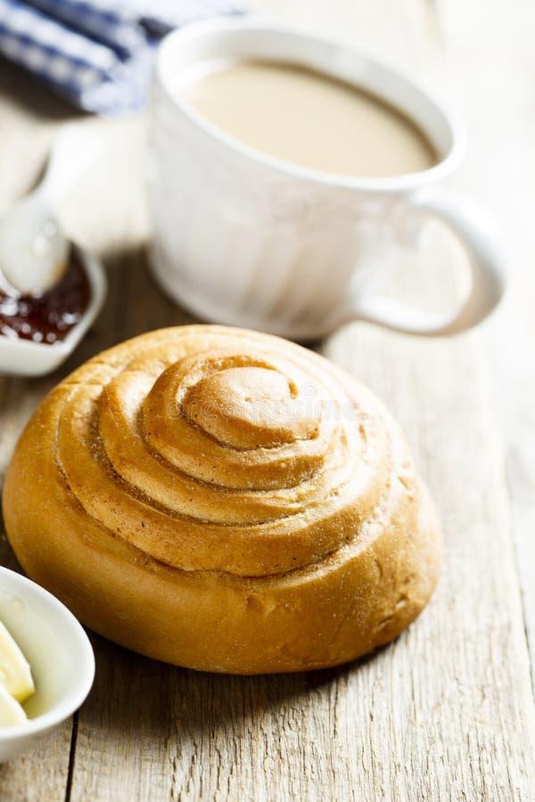 Le petit pain de cannelle fait maison a servi avec du beurre et la confiture images libres de droits