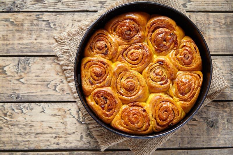 Le petit pain de la pâte de cannelle de potiron roule le dessert doux cuit au four fait maison de vacances d'automne photo stock