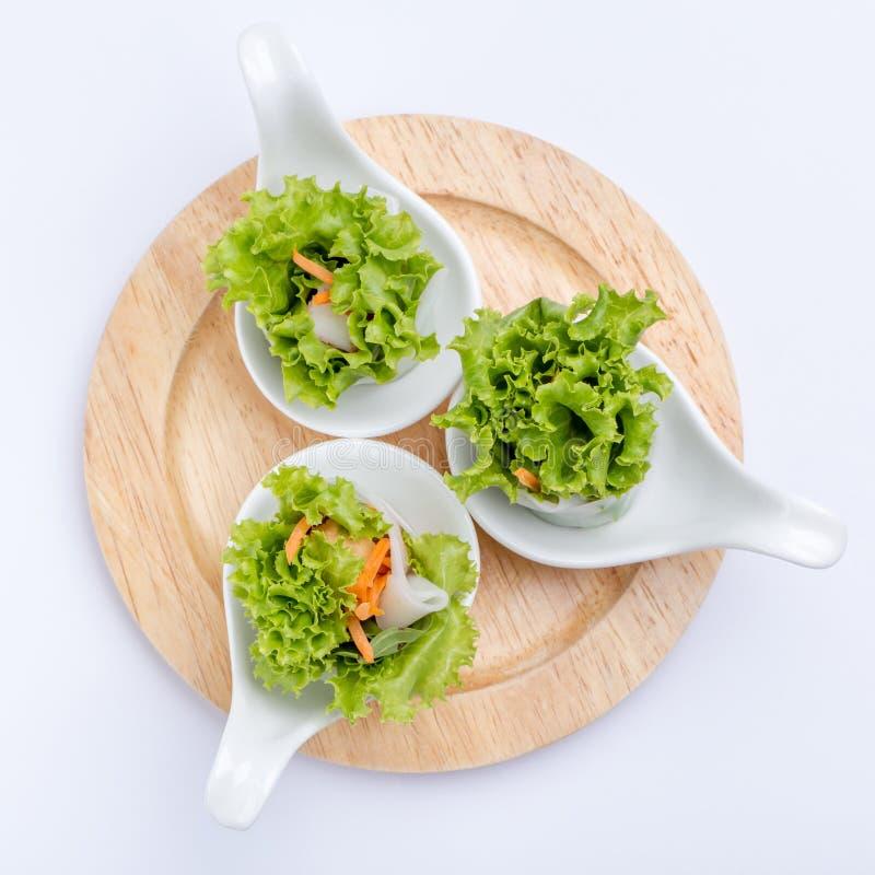 Le petit pain de ressort de légume frais a servi par la cuillère de canape, thaïlandais ou le Viet photo stock