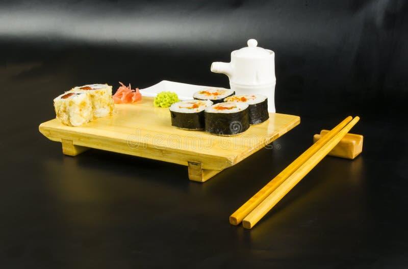 Le petit pain de sushi a placé le conseil photo stock