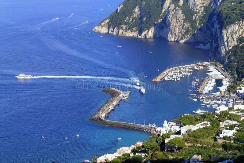 Le petit port de l'île de Capri image stock