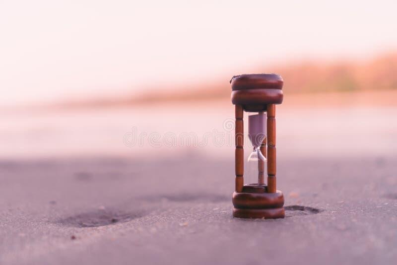 Le petit temps d'exposition de sablier circule sur le sable à la belle plage images stock