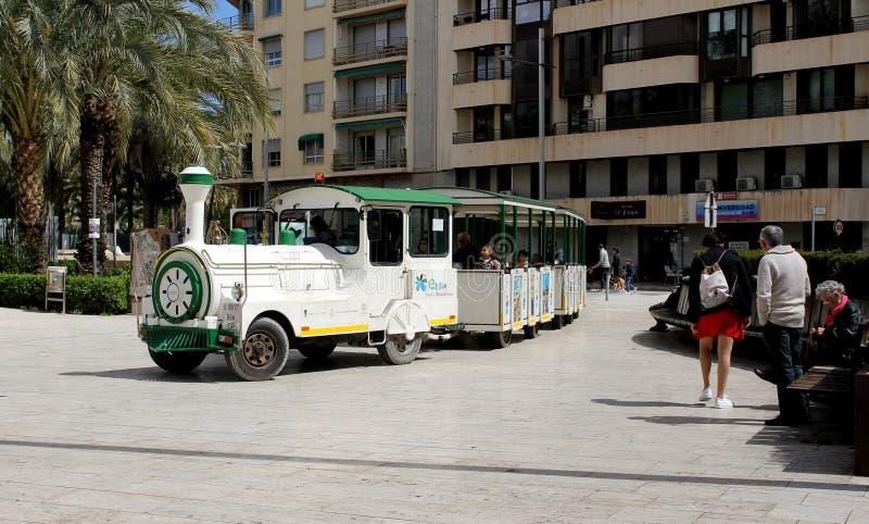 Le petit train touristique dans la ville d'Elche image stock