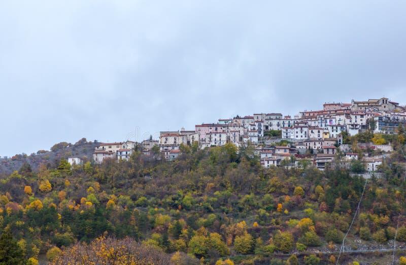 Le petit village était perché sur la colline, Barrea, Abruzzo, Italie OC photos libres de droits