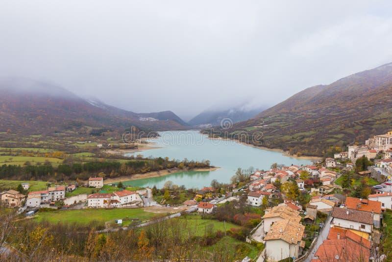 Le petit village était perché sur la colline, Barrea, Abruzzo, Italie OC image stock