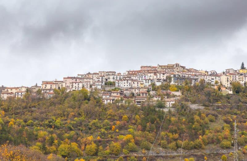 Le petit village était perché sur la colline, Barrea, Abruzzo, Italie OC photographie stock libre de droits
