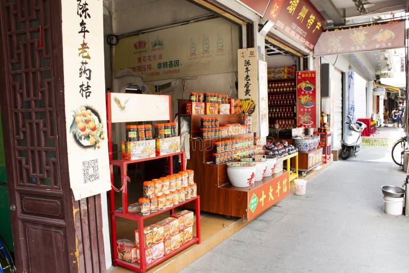 Le peuple chinois achète le casse-croûte et la boisson de nourriture de produit avec des souvenirs pour le voyageur dans la petit photos libres de droits