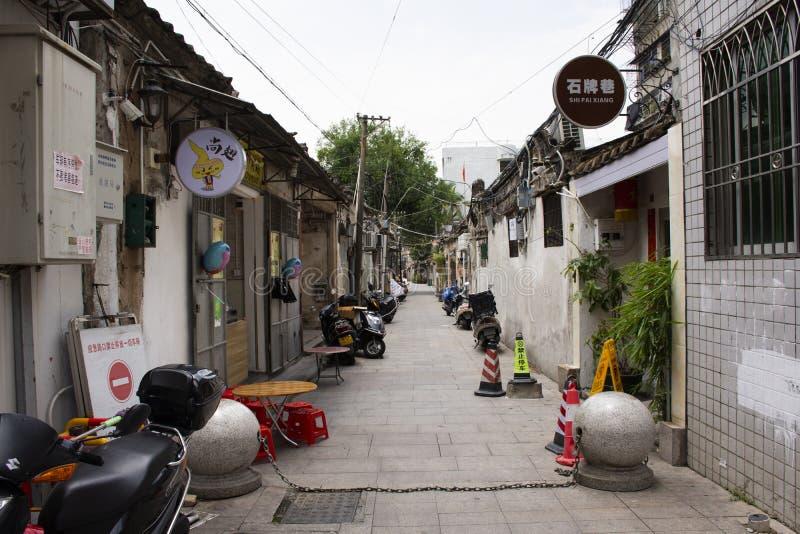 Le peuple chinois marchant dans la petite allée à la rue de Paifang va loger au centre de vieille ville et de ville antique de Ch photos stock
