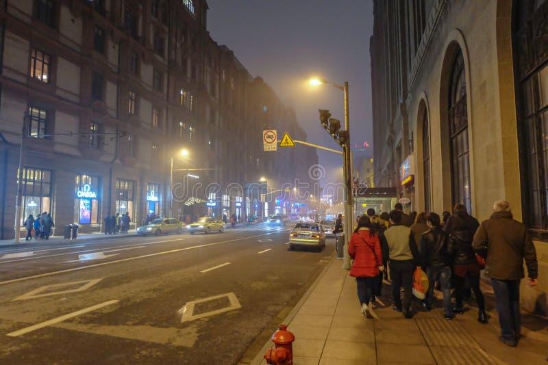 Le peuple chinois non identifié marche à la porcelaine de Changhaï de digue photo libre de droits