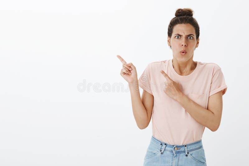 Le phénomène a choqué et a contrarié la jeune femme attirante réagissant au mauvais courrier décevant écrit au coin gauche supéri photo libre de droits