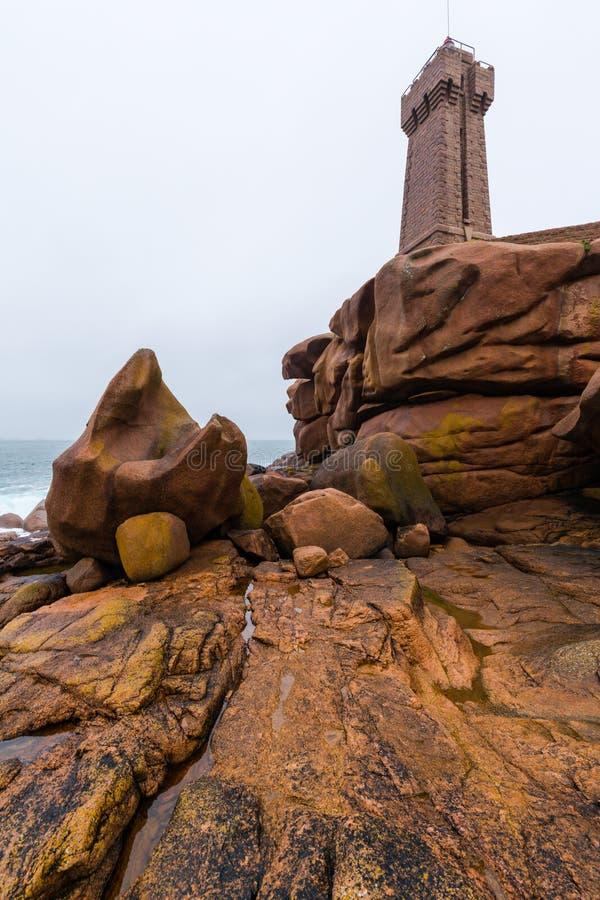 Le phare chez Ploumanach sur Cote de Granite Rose dans photographie stock
