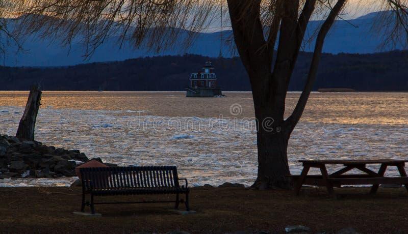 Le phare de Hudson River Athen avec de péniche l'hiver dedans photographie stock libre de droits
