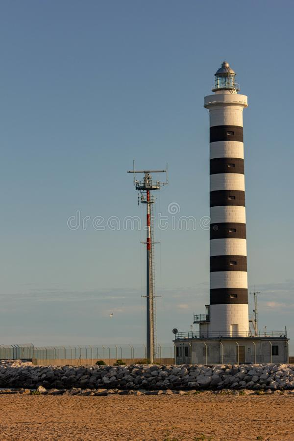 Le phare de Piave Vecchia est situé à la bouche du Sile, a appelé, avec précision, le port de Piave Vecchia, dans le municipa photo stock