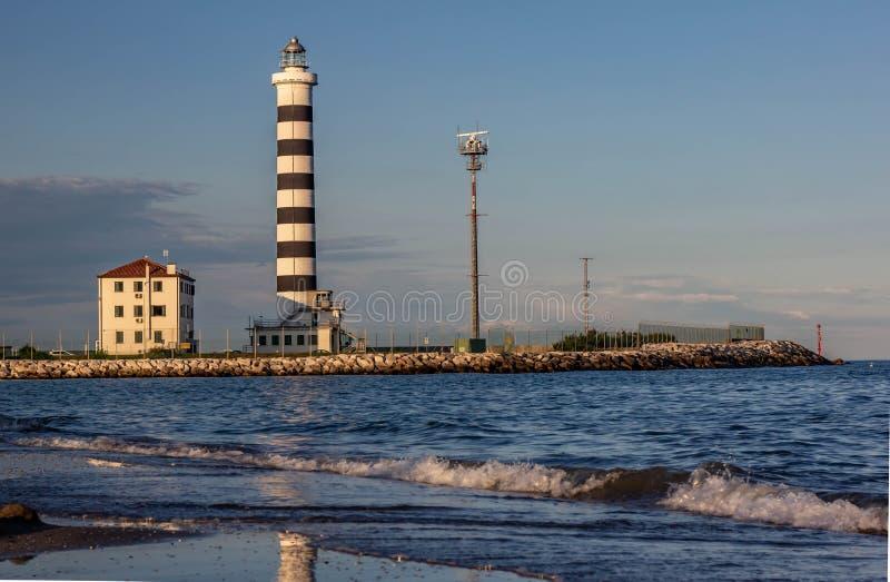 Le phare de Piave Vecchia est situé à la bouche du Sile, connue sous le nom de port de donc sur l'Adriatique, sur le Ba photographie stock