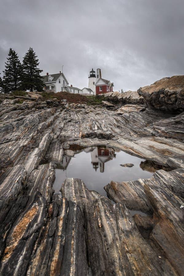 Le phare de point de Pemaquid s'est reflété dans la piscine de l'eau photographie stock