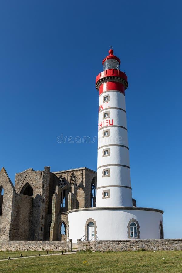Le phare de Saint-Mathieu avec les ruines de l'abbaye images stock