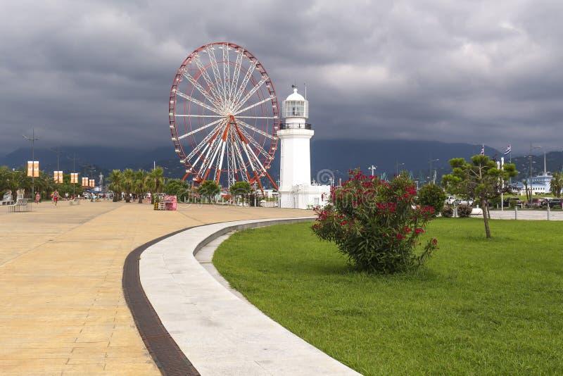 Le phare et l'aperçu roulent dedans Batumi images stock