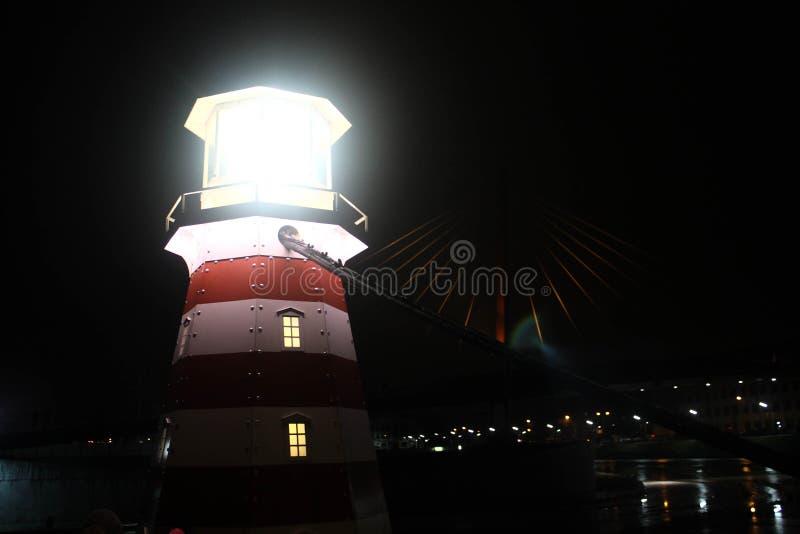 Le phare isolé illumine la ville photographie stock libre de droits
