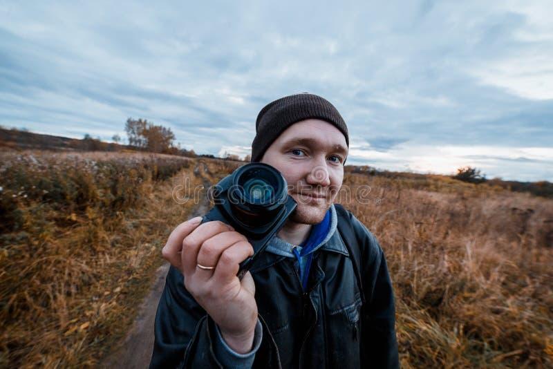 Le photographe amateur admire le paysage d'automne du chemin forestier Concept de thérapie de paysage photographie stock libre de droits