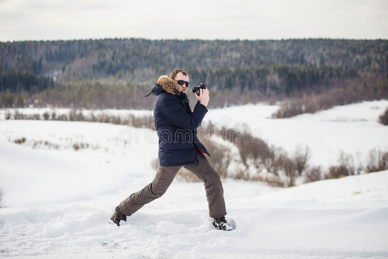Le photographe de randonneur apprécie un panorama fin de forêt d'hiver au jour ensoleillé photo stock